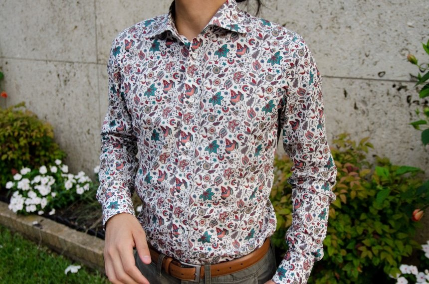 Close Up Of Model Wearing Apposta 100% Pure Cotton Poplin Floral - Chest