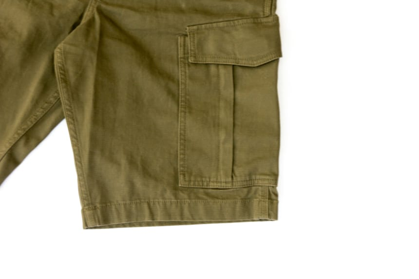 Leg and pocket of Carhartt Rugged Flex Rigby Cargo Short in tarmac front facing on white background
