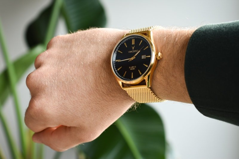 Vincero Kairos gold on wrist