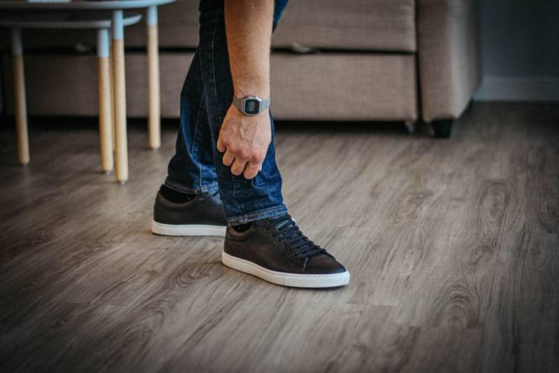 Model Adjusting Oliver Cabell Low 1 sneaker